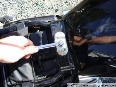 xj650 blog loosen fuel tank retaining bolt